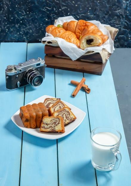 Een plak van traditionele medovikcake en een kop thee op het tafelkleed. Gratis Foto