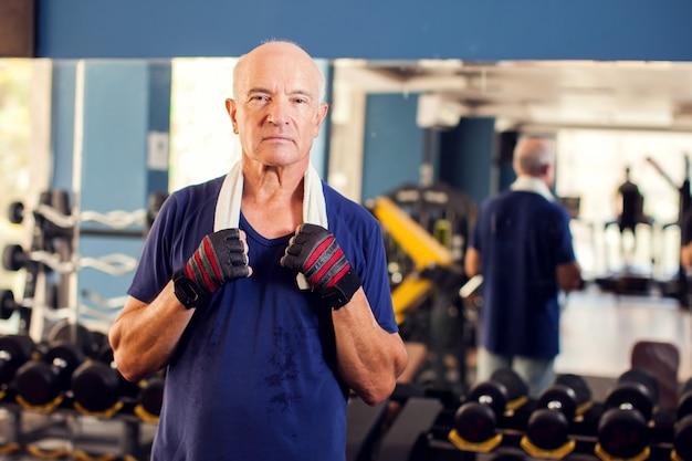 Een portret van kale senior man in de sportschool camera kijken. mensen, gezondheid en lifestyle concept Premium Foto