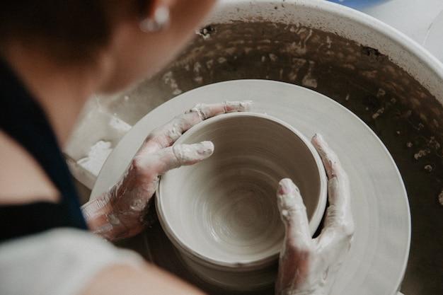 Een pot of vaas met witte klei maken Premium Foto