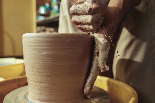Een pot of vaas van witte klei close-up maken. meester kruik. Gratis Foto