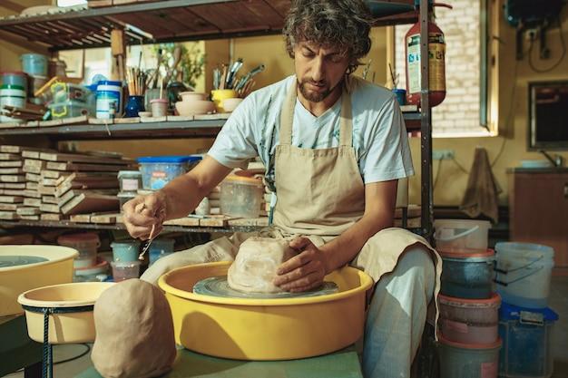 Een pot of vaas van witte klei close-up maken. Gratis Foto