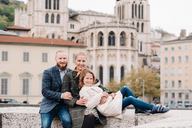 Een prachtig gezin met wandelingen door de oude stad lyon in frankrijk Premium Foto