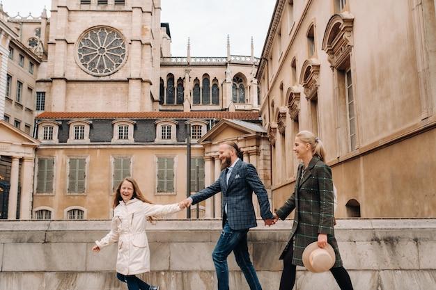 Een prachtig gezin met wandelingen door de oude stad lyon Premium Foto