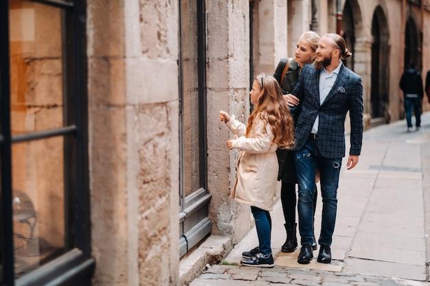 Een prachtig gezin met wandelingen door de oude stad van lyon in frankrijk.familiereis naar de oude steden van frankrijk. Premium Foto