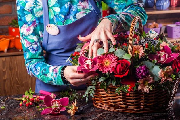 Een prachtig mooi boeket bloemen. mand met bloemen. Premium Foto
