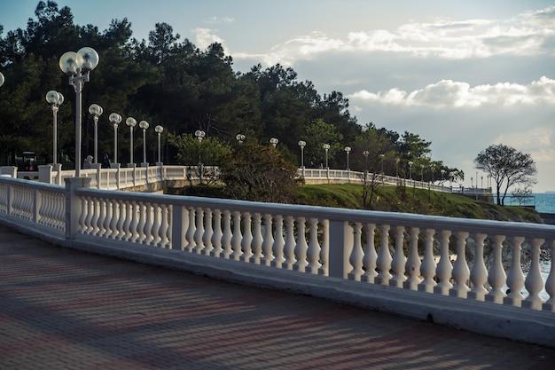 Een prachtig perspectief op de zeedijk met een balustrade en lantaarns Premium Foto