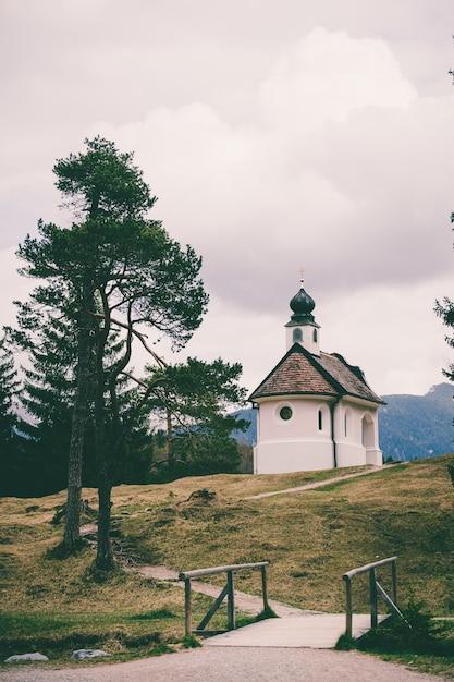Een prachtige kleine katholieke kerk in de bergen van de beierse alpen Gratis Foto