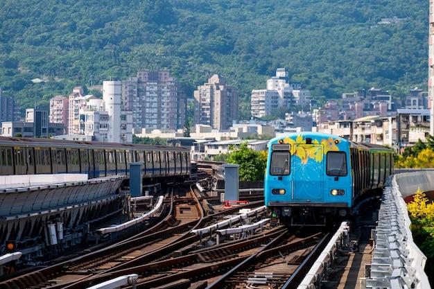 Een prachtige kleurrijke bloem geschilderd op trein op spoor. beitou treinstation, taipei, taiwan. Premium Foto