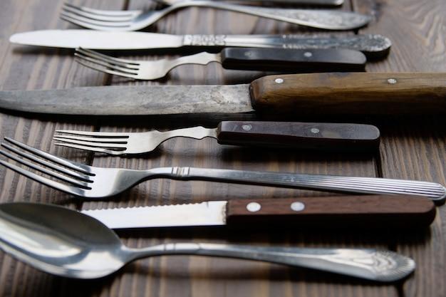 Een reeks van verschillende vintage bestek met messen, vorken en lepels Premium Foto