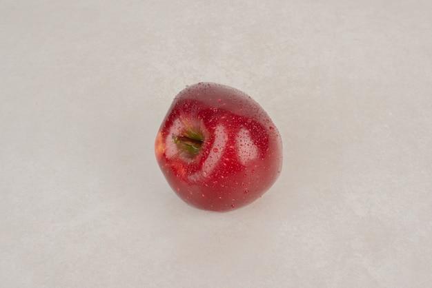 Een rode, verse appel op witte achtergrond. Gratis Foto