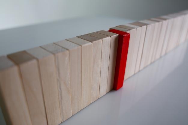 Een rode winnaar loterij hout blok rij Premium Foto