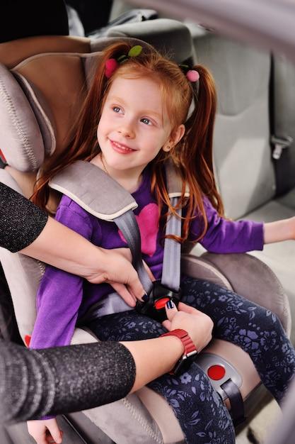 Een roodharig meisje glimlacht in de auto. Premium Foto
