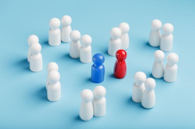 Een seksuele partner kiezen voor liefde, relaties van zo'n menigte monotone mensen. een rode vrouw en een blauwe man in een menigte van blanke mensen. Premium Foto