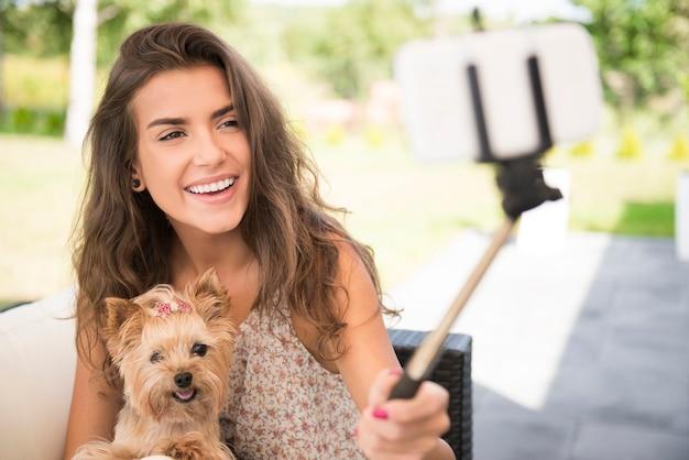 Een selfie maken met mijn kleine puppy's Gratis Foto