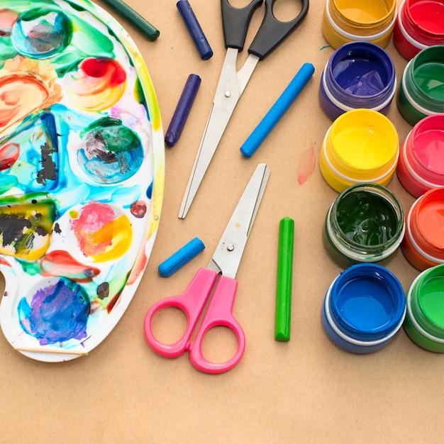 Een set materialen voor creativiteit en tekenen van hobby's. Premium Foto