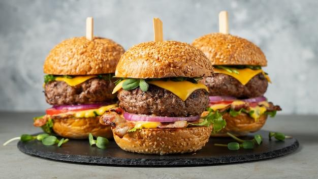 Een set zelfgemaakte heerlijke hamburgers. Premium Foto