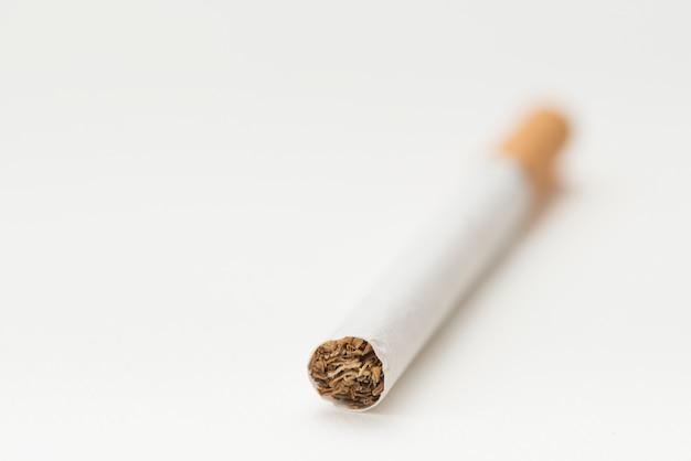 Één sigaret meer dan geïsoleerd op witte achtergrond Gratis Foto
