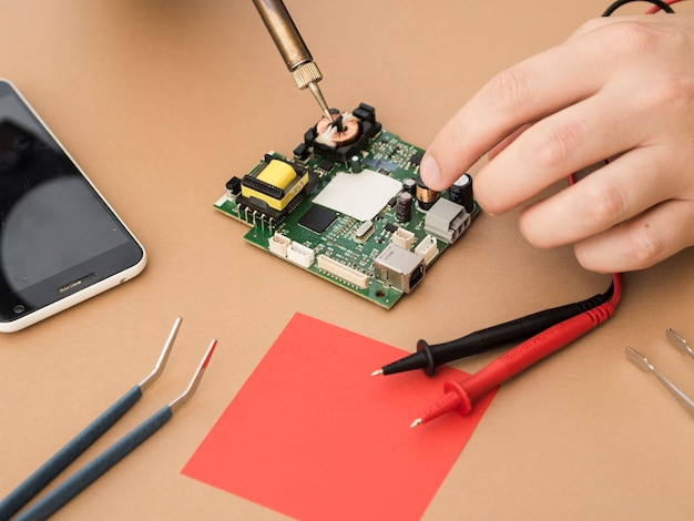 Een soldeerbout gebruiken om een spoel te repareren Gratis Foto