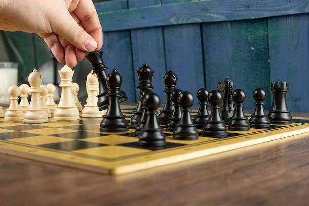 Een speler die aan het schaken is Gratis Foto