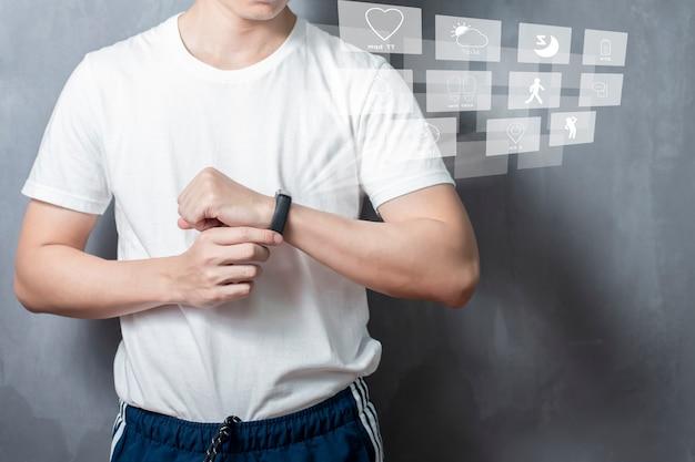 Een sportman gebruikt slimme band met virtueel schermapparaat Premium Foto