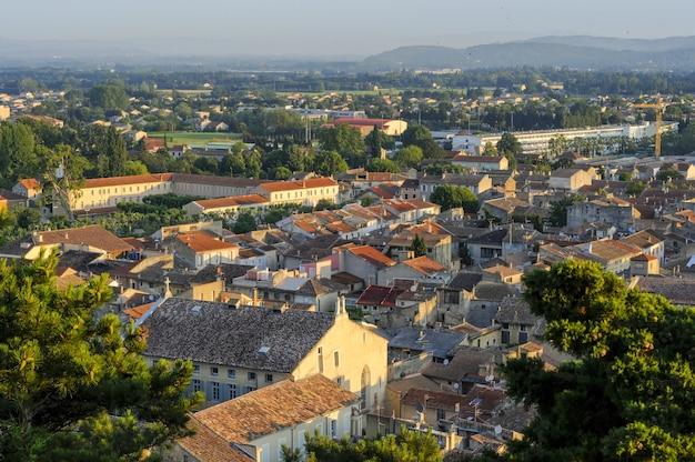 Een stadsgezicht met veel gebouwen in frankrijk in de zomerse dageraad in het park colline saint europe Gratis Foto