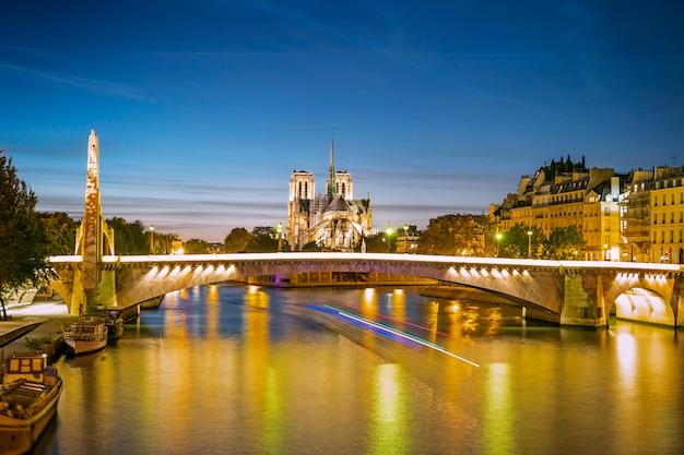 Een stadsgezicht van parijs met notre-dame en bruggen in de avond, frankrijk Premium Foto