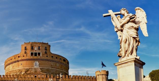 Een standbeeld van een engel op sant angelo-brug in rome, italië Premium Foto