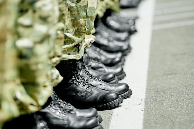 Een stap vooruit, militaire leger laarzen in rij Premium Foto