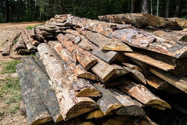 Een stapel gehakte boomstammen buitenshuis Premium Foto