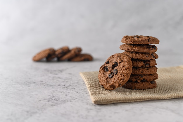 Een stapel koekjes op een doek op een houten tafel Gratis Foto