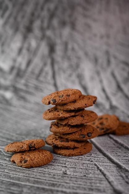 Een stapel koekjes op een houten tafel Gratis Foto