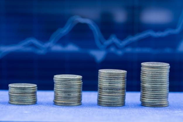 Een stapel van vier rijen munten Gratis Foto