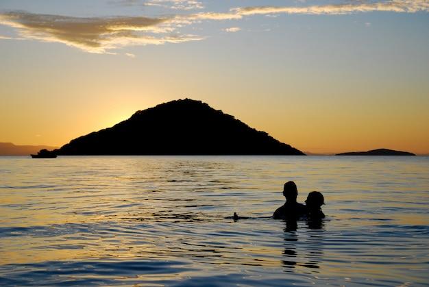 Een stel in lake malawi Premium Foto