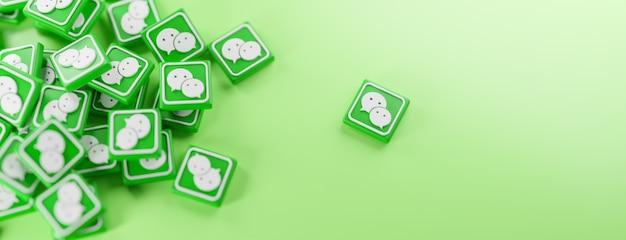 Een stelletje wechat-logo's op groen Premium Foto
