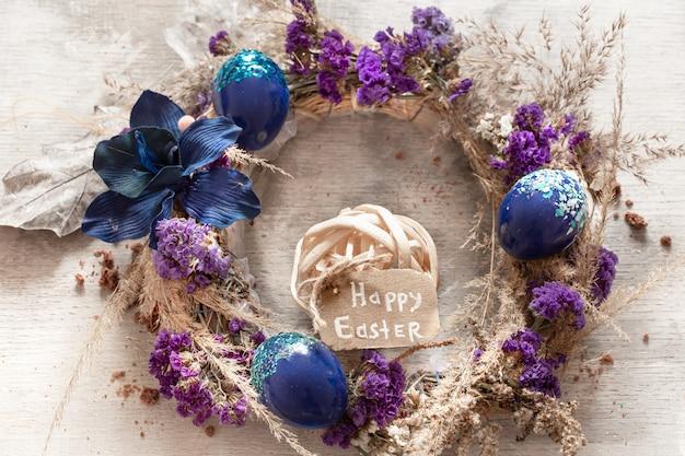 Een stijlvolle compositie met de paaskrans en eieren Gratis Foto