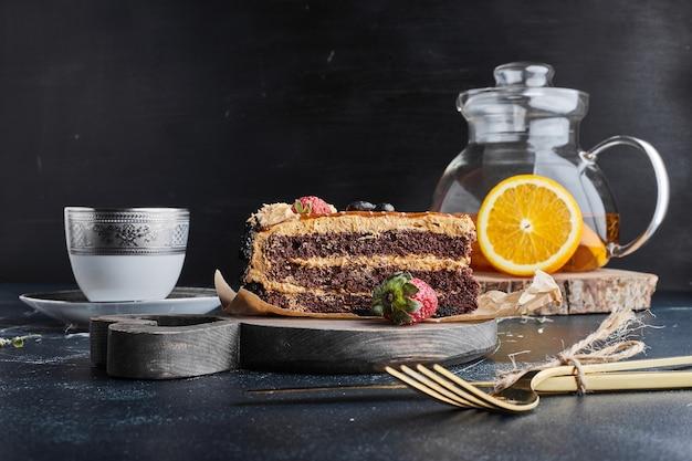 Een stuk chocoladetaart met karamelcrème. Gratis Foto