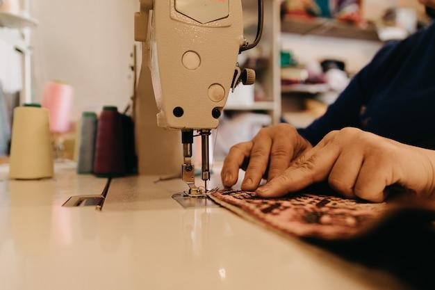 Een stuk tapijt breien in de naaimachine Gratis Foto