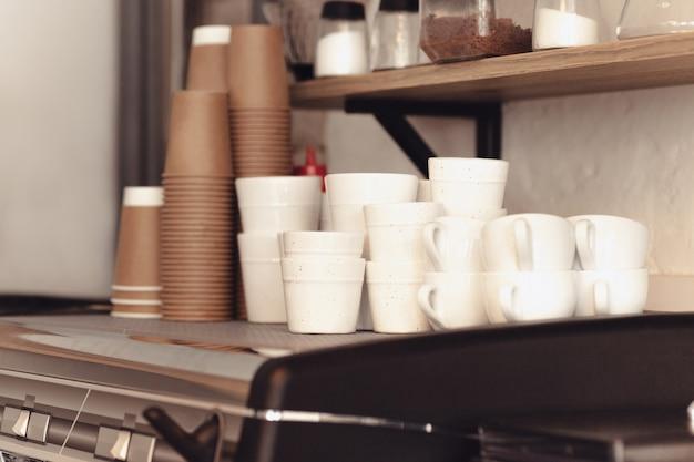 Een tabel voor koffie op het aanrecht in een koffiehuis Gratis Foto