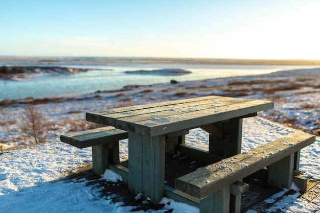 Een tafel met een bank om uit te rusten bedekt met sneeuw in de winter in ijsland Premium Foto
