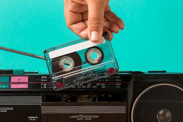 Een tape in de cassette plaatsen Gratis Foto