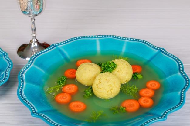 Een traditionele asjkenazische joodse soep met matze ballen, gemaakt van een mengsel van matze Premium Foto