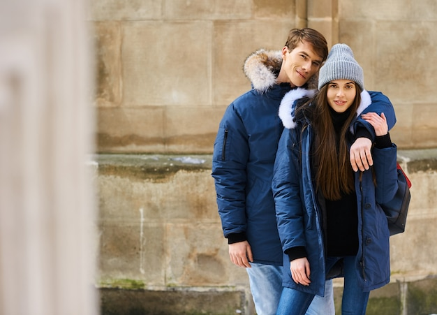 Een trendy jong stel wandelt in de kersttijd door de stad Premium Foto