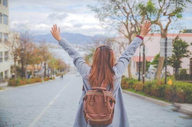 Een van de beroemde plaatsen in hakodate hokkaido, japan. een meisje geeft de handen op en kijkt ver weg. Premium Foto