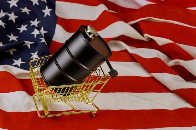 Een vat olie op een amerikaanse vlag Premium Foto