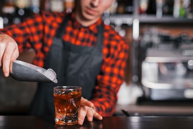 Een verfrissende cocktail bereiden in een bar Gratis Foto