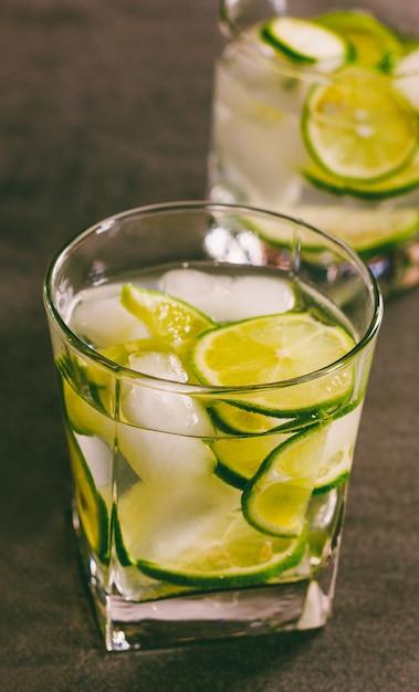 Een verfrissende cocktail met groene citroen en ijs dicht omhoog, tonend Premium Foto