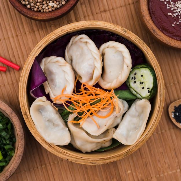 Een verhoogde weergave van verse, gekookte dumplings in de steamers Gratis Foto