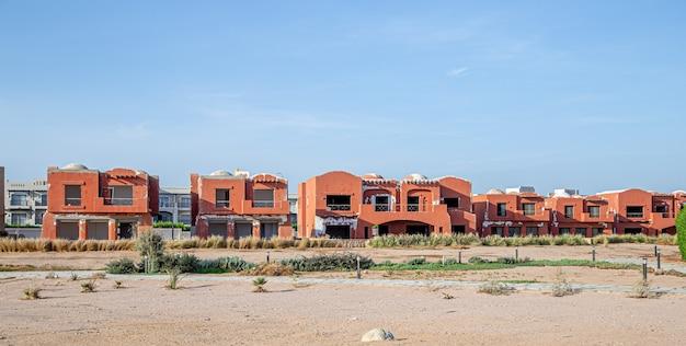 Een verlaten hotel, op een verlaten plek. toeristencrisis tijdens de coronavirus-pandemie. Gratis Foto