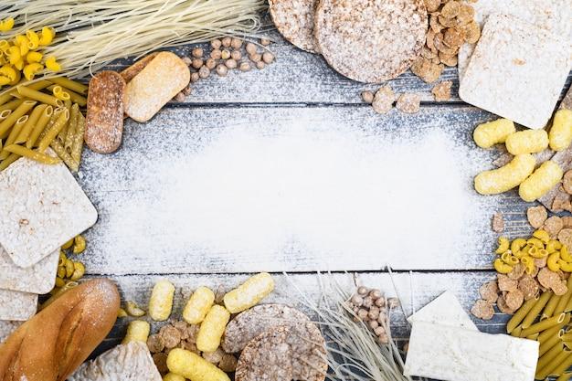 Een verscheidenheid aan glutenvrij voedsel op een witte houten achtergrond. bovenaanzicht. glutenvrij eten met kopie ruimte. Premium Foto