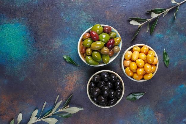 Een verscheidenheid aan groene en zwarte hele olijven. Gratis Foto